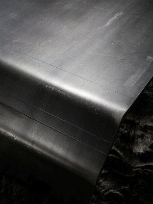 Bring mehr Stil und Luxus in deine Räume - kaufe jetzt einen exklusiven Tisch aus mattem schwarzen Stahl für ein gehobenes Ambiente.