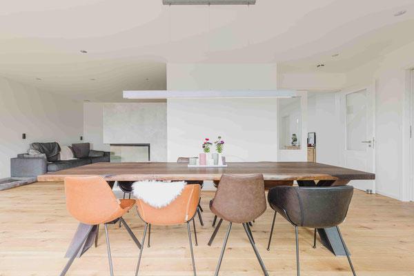 Dein Tisch aus Räuchereiche vor Ort auf der Zeche Zollverein live erleben oder online individuell selbst gestalten und konfigurieren. Hochwertiger Holztisch verleiht dem Raum ein stilvolles Ambiente.