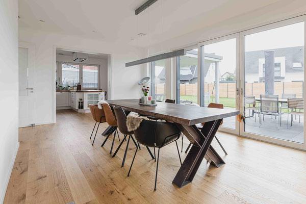 Exklusiver Designertisch gibt dem Raum ein edles Ambiente.