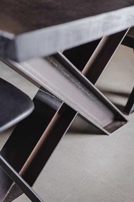 Tisch individuell konfigurieren und zusammenstellen mit verschiedenen Gestellen aus Stahl, Holz oder Glas.