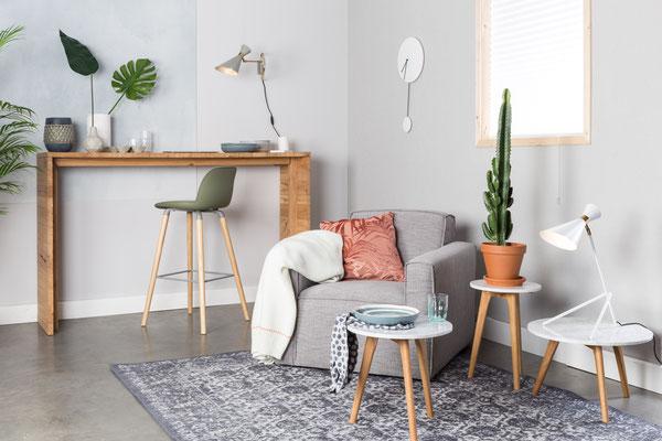 Designermöbel Arrangement aus Sessel, Tresenhocker und Beistelltischen