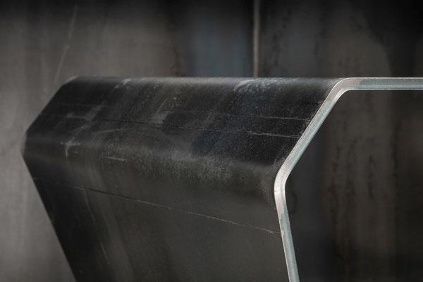 Stilvoller Tisch aus mattem Stahl bringt Luxus in dein Office oder Wohnzimmer.
