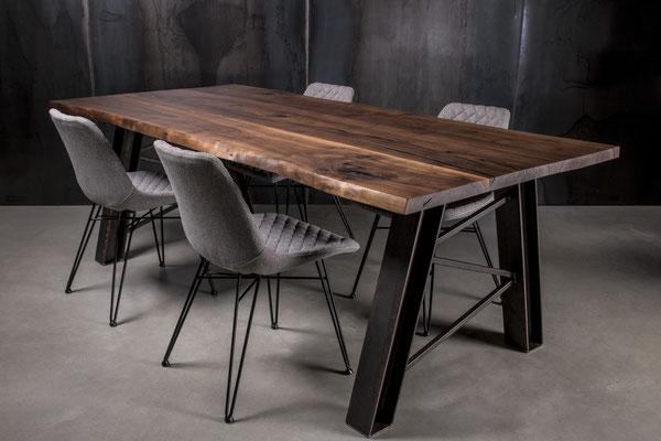 Massiver Tisch im Arrangement