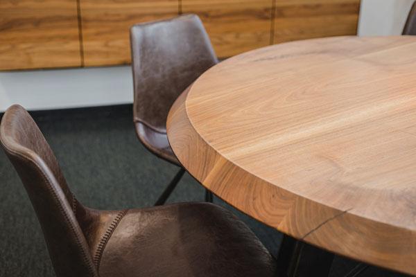 Holztisch mit Design für ein hochwertiges Büro.
