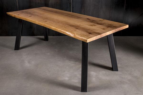 Möbelloft Unikat Premium Maß Tisch aus Massivholz auf Stahlgestell. TAGS: UnikatTisch, Tisch auf Maß, Baumtisch, Charaktertisch, Naturtisch, Naturkante, Baumkante, Waldkante, Monolitplatte, Holzplatte, Naturplatte, Baumscheibe, Baumscheibentisch, Essen