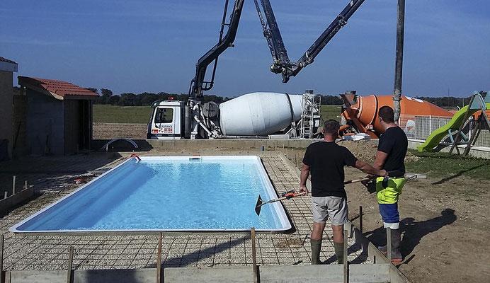 Etape 2 dallage : coulage de la dalle béton du tour de piscine