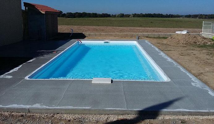 Etape 3 dallage : lissage et finition de la dalle du tour de piscine