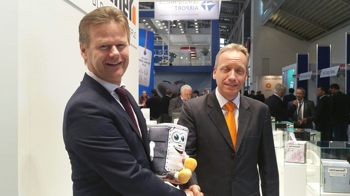 LCAG Chief Peter Gerber (left) and Jettainer MD Carsten Hernig are happy about their extended ULD cooperation  -  picture: hs