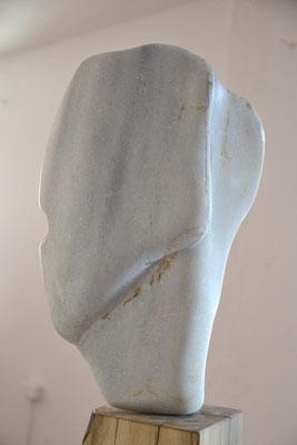 Willkommen I, Grichischer Marmor, Nussbaum, 155 x 45 cm, © Susanne Musfeldt-Gohm, 2015