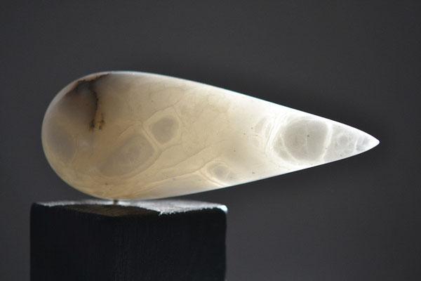 Raab im Wind, Alabaster, Eiche gebrannt, 16 cm hoch, © Susanne Musfeldt-Gohm