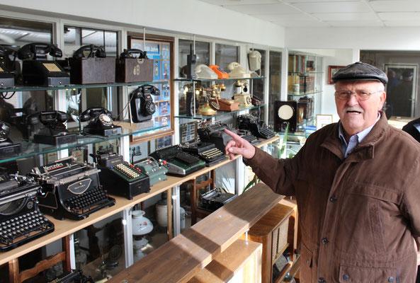Vereinsmitglied Herbert Wiegand (74) konnte sich noch gut an die ausgestellten altertümlichen Geräte erinnern (Fotos: D. Altmann).