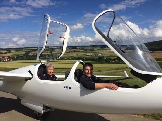 """Steffen Brill (vorn im Cockpit) und Matthias Hucke vom Vorstand des LSV Hofgeismar freuen sich auf den Erstflug mit dem neuen vereinseigenen Doppelsitzer vom Typ """"ASG 32""""."""