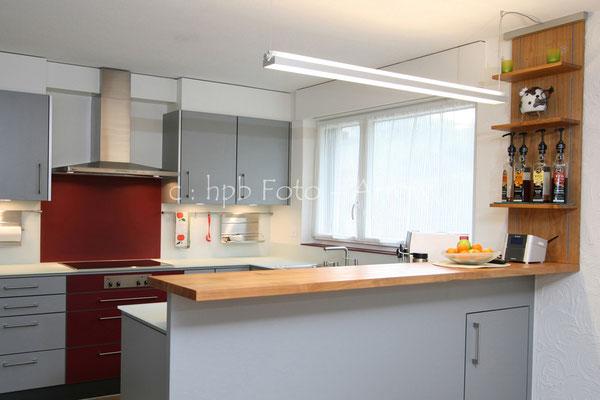Moderne Küche 2-farbig, mit Kirschbaumholz kombiniert. Hersteller: Küchen-Türen.ch
