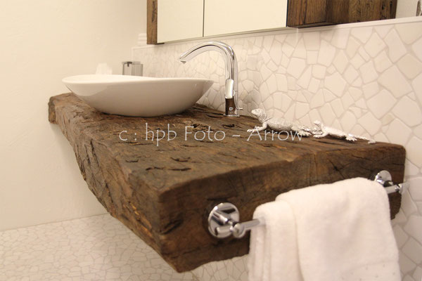Waschtisch auf echtem Altholzbalken. Hersteller: Küchen-Türen.ch