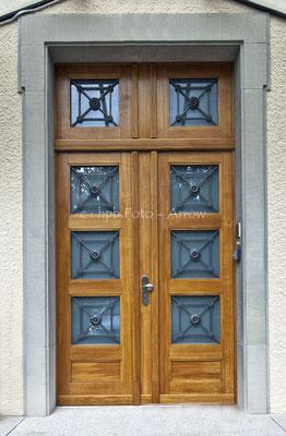 Nachgebaute Sicherheits-Haustüre bei einer Botschaft in Bern, Originalgitter restauriert. Hersteller: Küchen-Türen.ch