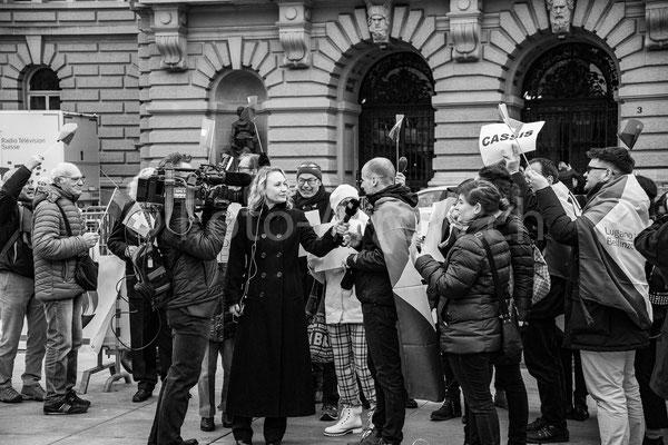 Reporter auf dem Bundesplatz, am Tag der Bundesratswahlen 2019. Anhänger von Ignazio Cassis im Gespräch