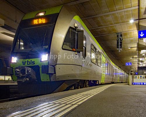 BLS Bern Lötschberg Simplonbahn der Regionalexpress Lötschberger im Bahnhof Bern Abfahrt Richtung Brig