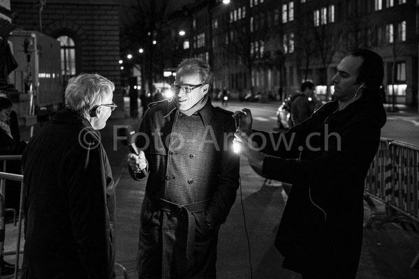 Reporter auf dem Bundesplatz, am Tag der Bundesratswahlen 2019. Mit einem Parlamentarier im Gespräch.