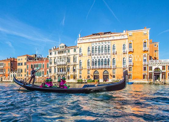 Venedig, der Gondoliere bringt maskierte Gäste über den Canale Grande