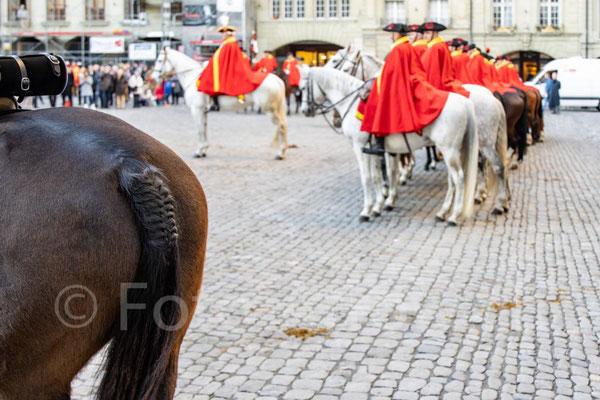 HONNEUR Â L'ÉTAT der Berner Dragoner 1779 auf dem Münsterplatz Bern