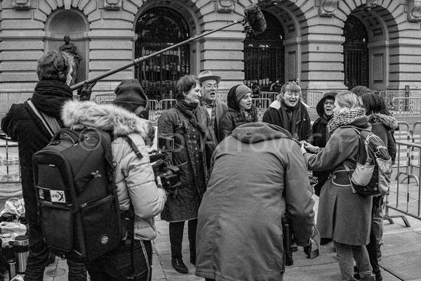 Reporter auf dem Bundesplatz, am Tag der Bundesratswahlen 2019, Klimaaktivisten erhalten hier eine Stimme.