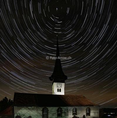 Kirchenthurnen, Startrailaufnahme mit Polarstern über dem Turmspitz