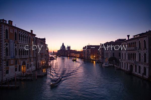 Blaue Stunde in Venedig, von der Ponte Academia über dem Canale Grande