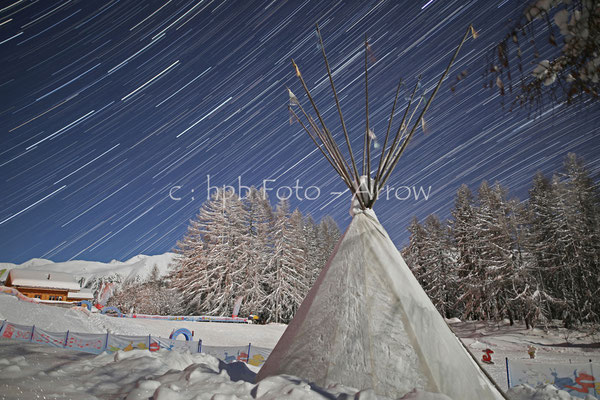 Bellwald im Wallis, 100 Fotos zu Startrails zusammengesetzt, Aufnahme um Mitternacht bei Halbmond