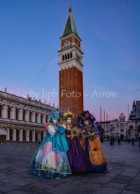 Zur blauen Stunde: Venezia, Piazza san Marco mit dem Campanile di San Marco, 98.6 Meter hoch, stürzte 1902 ein. Auf dem Dach ist die vergoldete Statue Erzengel Gabriel.