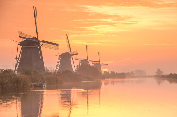 Oktober is de maand waarin de zon precies langs de molenrij opkomt