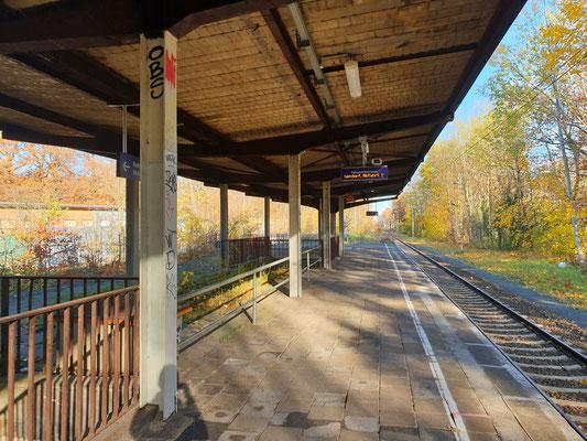 Blick zum nördlichen Ende des Bahnsteigs mit dem Zugang von der Straße Zum Bahnhof Pirschheide.