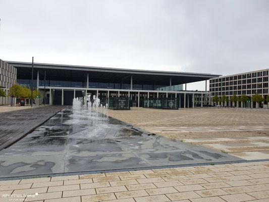 Blick vom Willy-Brandt-Platz zum Terminal.