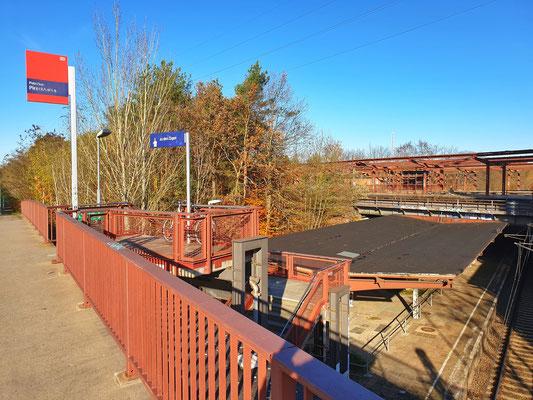 Nördlicher Zugang zum einzigen noch aktiven Gleis, im Hintergrund der im Rückbau befindliche obere Teil der Bahnsteiganlage