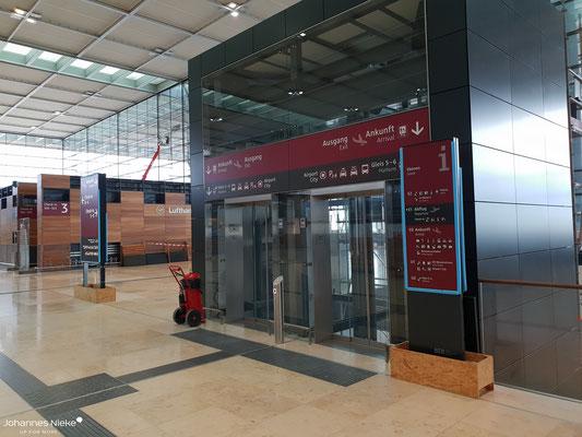 Terminal, Ebene E1 (Abflug), Aufzug zu den unteren Ebenen