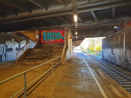 Die Übergänge zu den oberen Bahnsteigen – zugemauert.