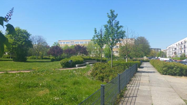 Fußweg zwischen Mascha-Kaléko-Park und Adele-Sandrock-Straße in Richtung Schulgelände