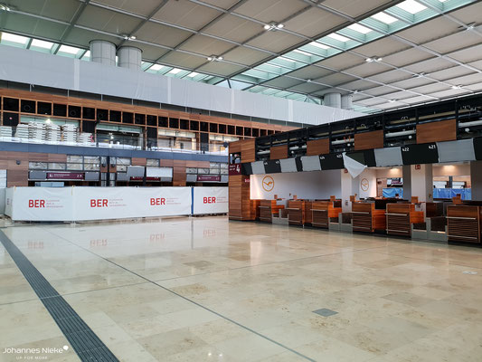 Terminal, Ebene E1 (Abflug), oben die Galerieebene