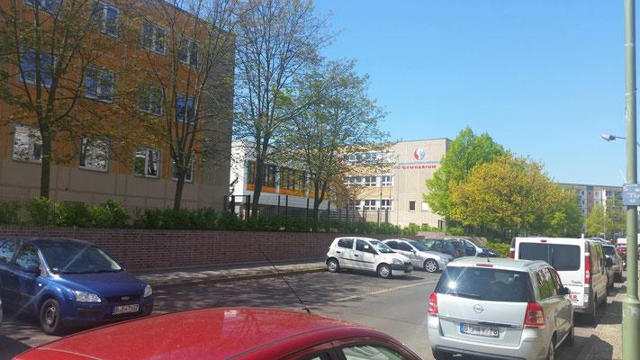 Blick von der Adele-Sandrock-Straße zum Haupteingang