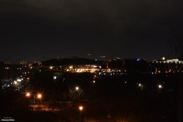 ... und links dahinter die roten Lichter des Berliner Fernsehturms (Mitte).