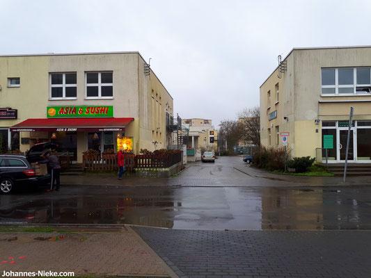 Albert-Kuntz-Straße, Asia- und Sushi-Restaurant, Einfahrt zum Innenhof, ehemaliger Friseursalon