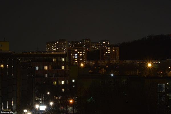 Im Hintergrund die Hochhäuser des Helene-Weigel-Platzes (Marzahn) ...