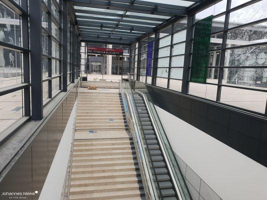 Zugang zum unterirdischen Bahnhof vom Willy-Brandt-Platz