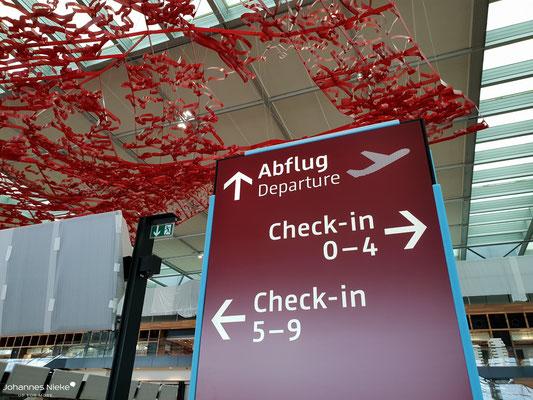 """Terminal, Ebene E1 (Abflug), das Kunstwerk """"The Magic Carpet"""" der kalifornischen Künstlerin Pae White"""