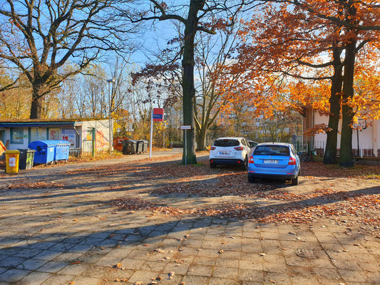 Der Zugang von der Straße Zum Bahnhof Pirschheide – neben einem verlassenen Imbiss.