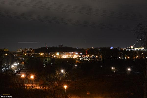 Blick in Richtung Helle Mitte. Im Hintergrund der Kienberg mit der Aussichtsplattform Wolkenhain ...