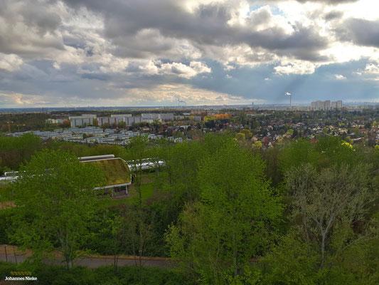 Blick vom Wolkenhain in südwestlicher Richtung (Cecilienstraße [weiße Hochhäuser links], Helene-Weigel-Platz [Wolkenkratzer rechts])