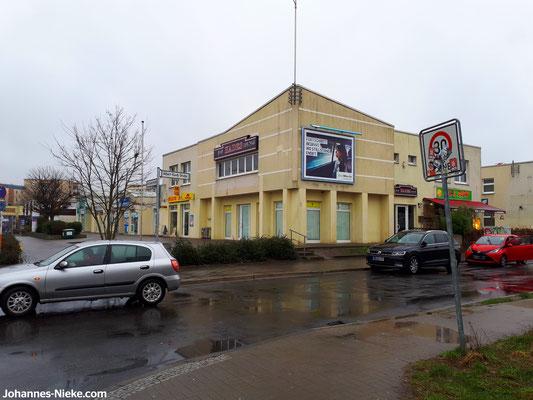 """Louis-Lewin-Straße Ecke Albert-Kuntz-Straße, oben die Räumlichkeiten des Clubs """"Hades Lounge"""""""