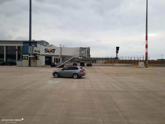 Rollfeld vor dem Hauptpier. Bisher fahren hier nur Autos...
