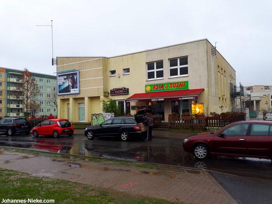 Asia- und Sushi-Restaurant (seit 2008, vorher ein Waschsalon), rechts Einfahrt zum Innenhof
