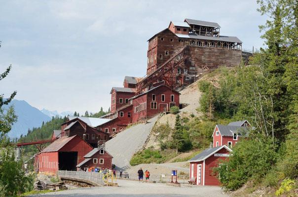 Die alten und teilweise rastaurierten Minengebäude der Kennecott Kupfermine